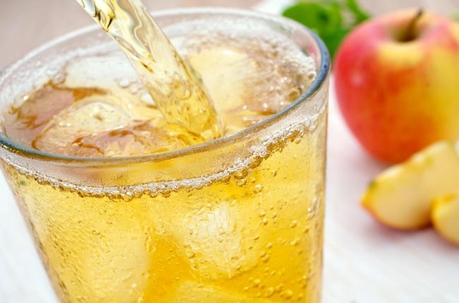 Ингредиенты: 1л яблочного сока (свежий или пакетированный) мята 100мл лимонного сока 1лимон лед П