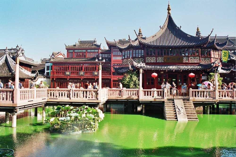 46. Прелесть Шанхая заключена в его улочках, где повседневная жизнь кипит и днем, и ночью.