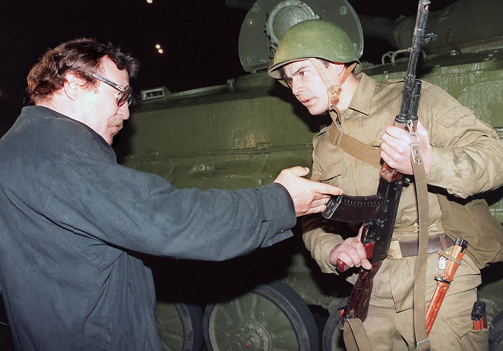 9. Демонстрант общается с советским солдатом вечером 20 августа 1991 г. (Andre Durand/AFP/Getty Imag