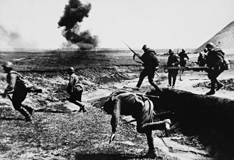 Атака. Гибель советского солдата.jpg