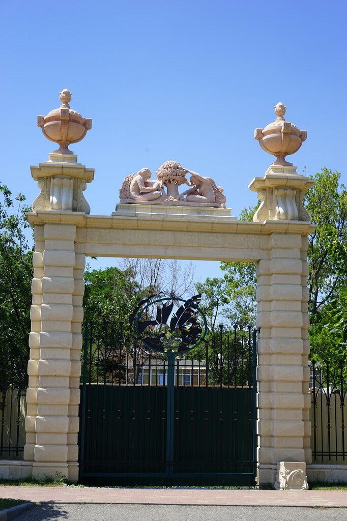 """Культурный центр """"Старый парк"""". Ворота."""
