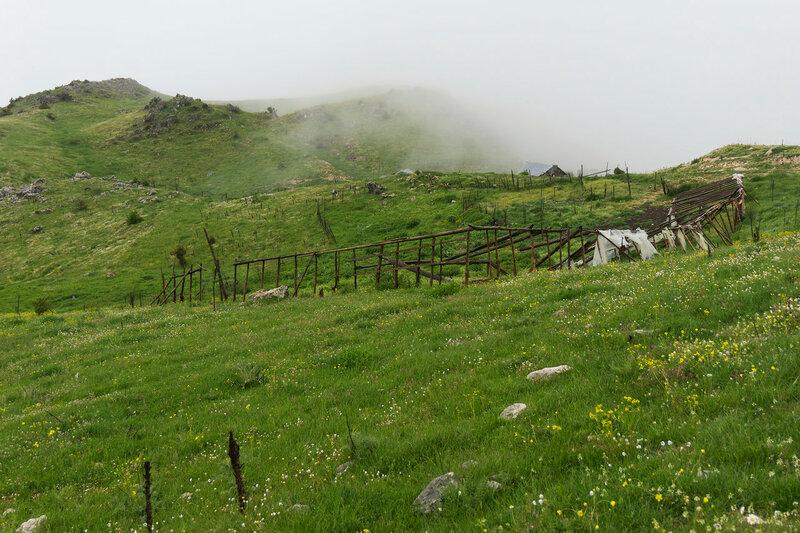 Заброшенные загоны для скота на горе Митсикели (Mitsikeli), Загория, Греция