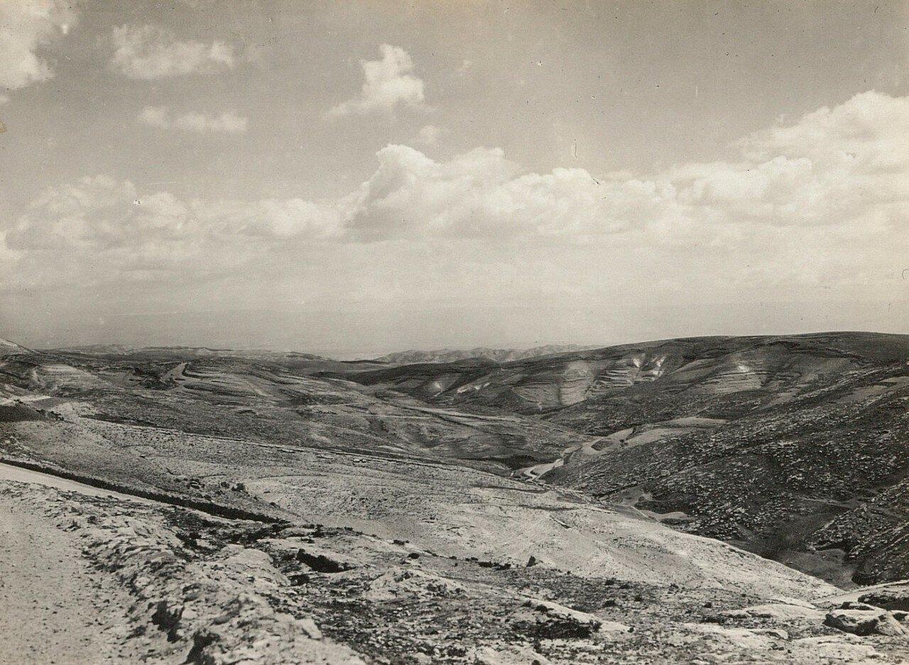 Иудейская пустыня. На заднем плане Мертвое море