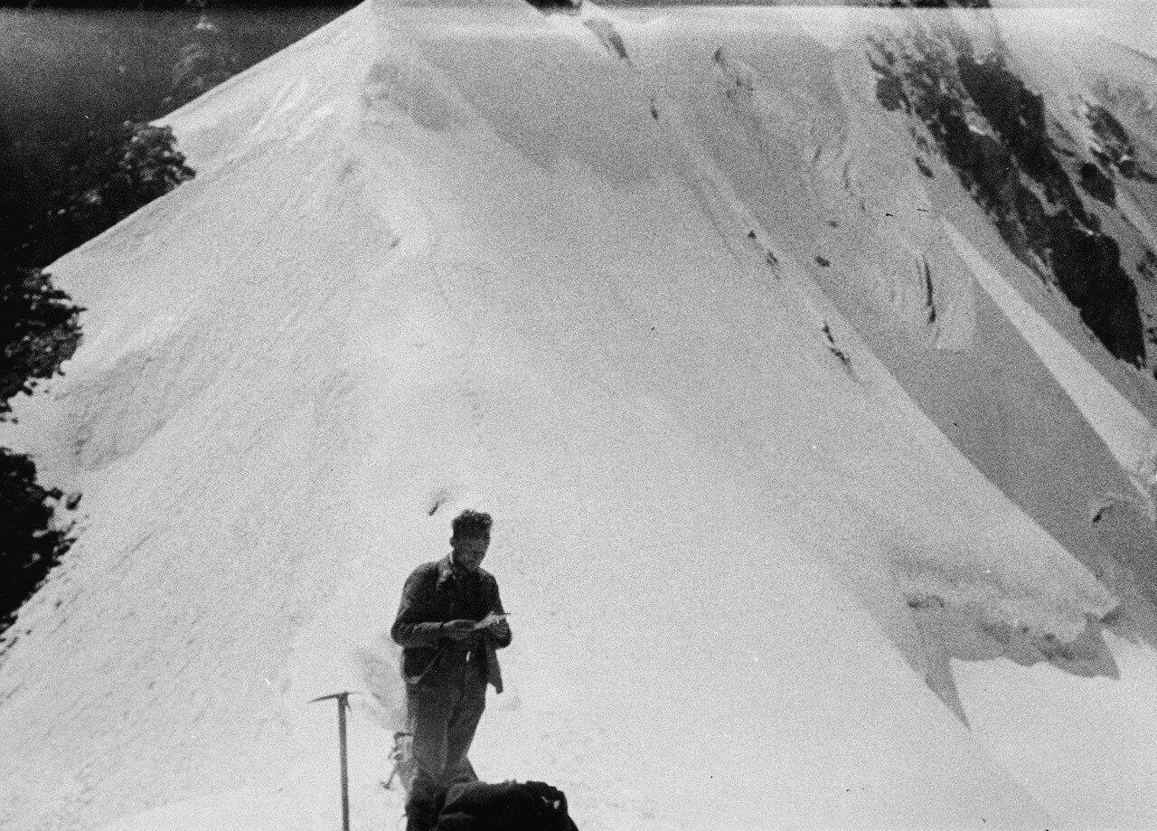 29-30 августа. Группа II. Экспедиция по поиску пропавшего Эдди Тусила.Вилли Фациус ориентируется по карте на снежном гребне Шхары