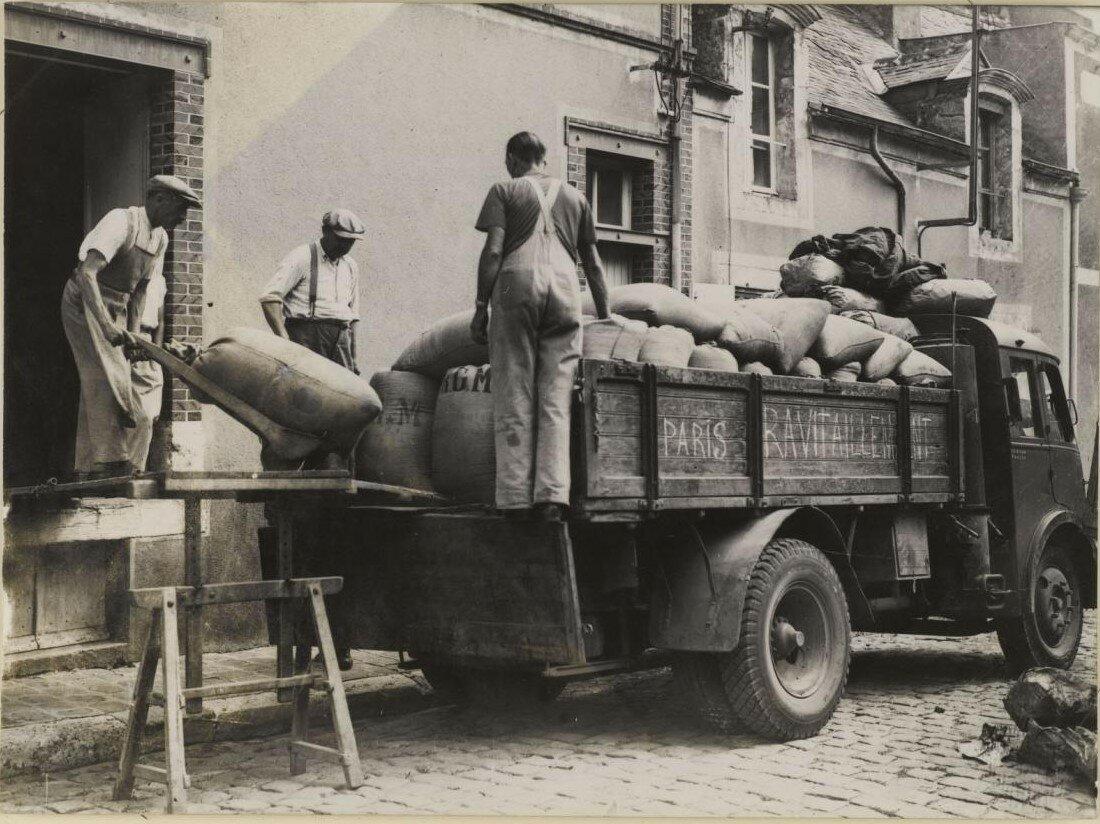 30 августа. Погрузка в грузовик мешков муки для снабжения Парижа