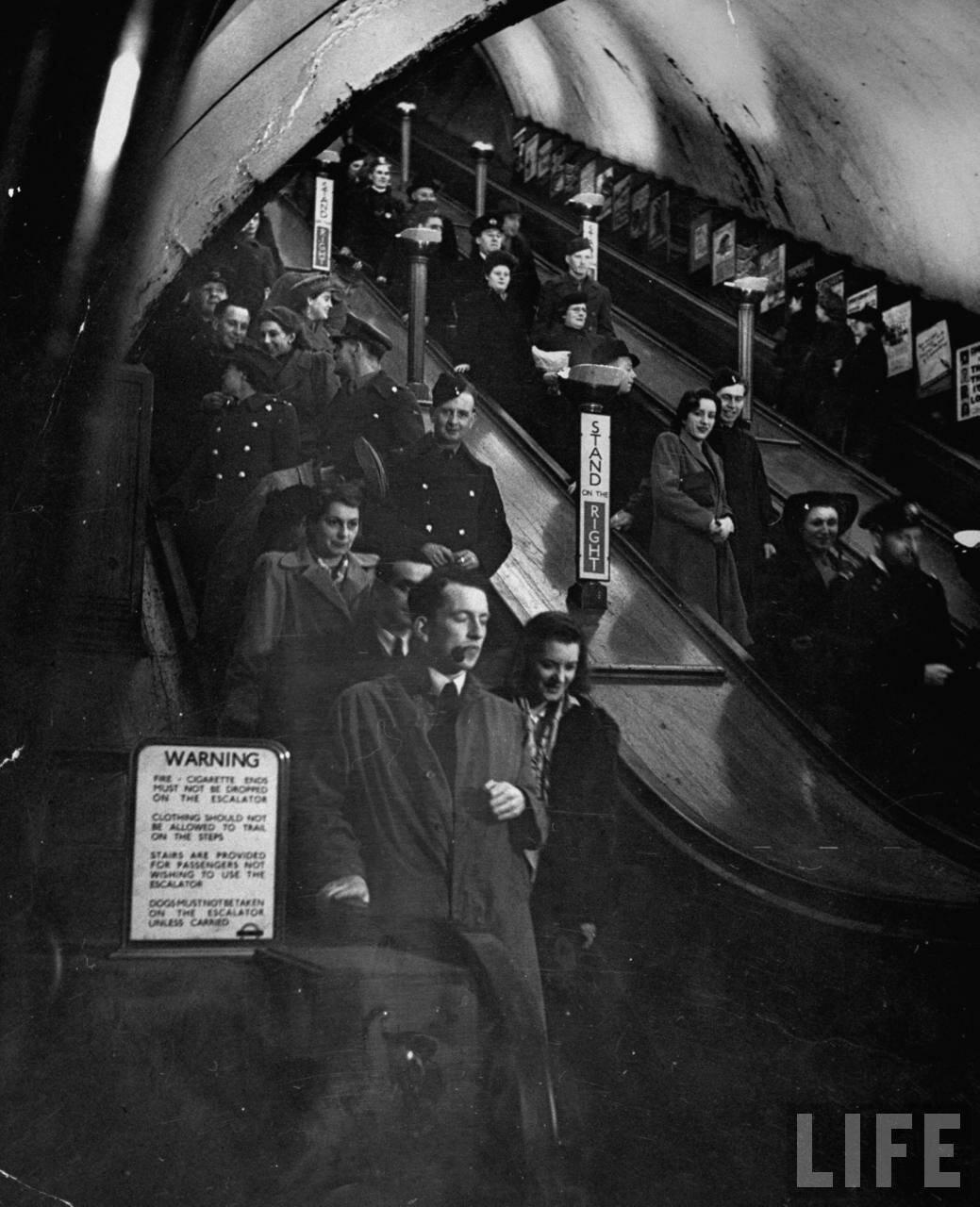 1944.  Люди на эскалаторе спешат успеть на последний поезд. Станция «Пикадилли»
