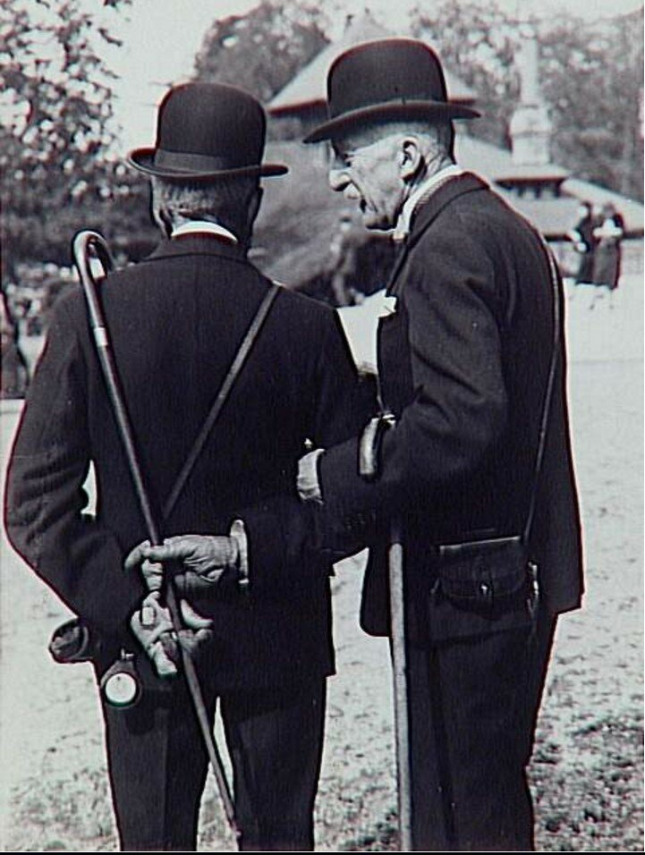 1932. Два господина на скачках