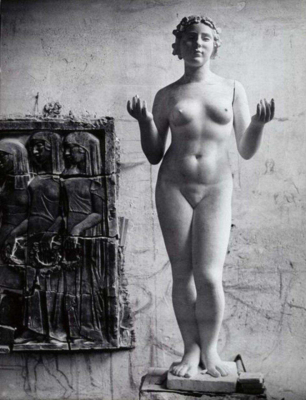 1937. Одна из «Трех нимф» в студии Аристида Майоля, Марли-ле-Руа