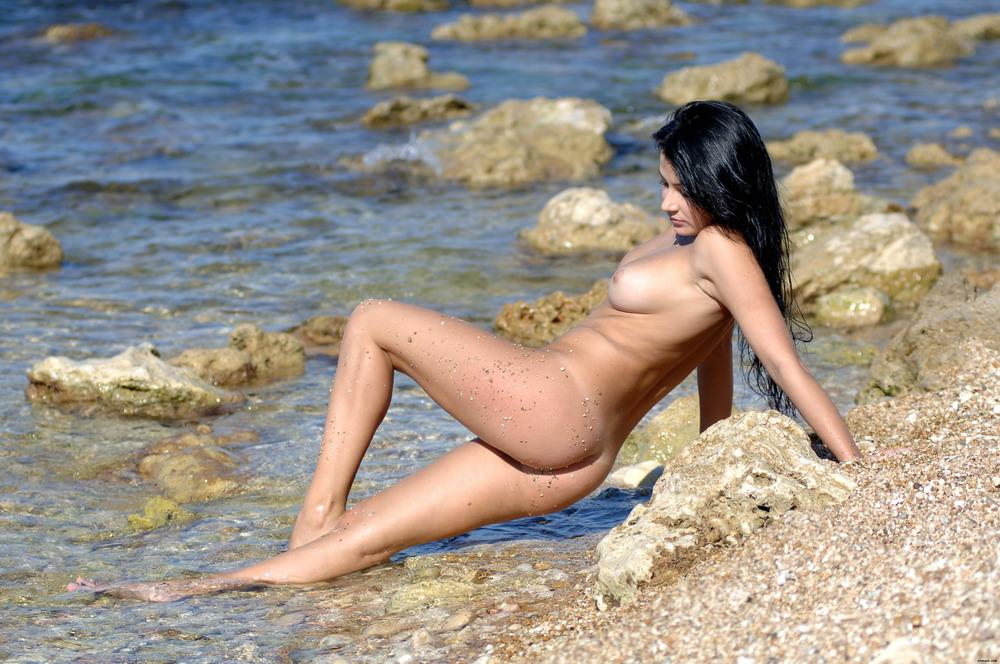 Justine на солнечном пляже