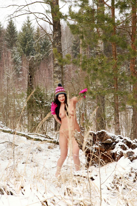 Голая Дарья в зимнем лесу