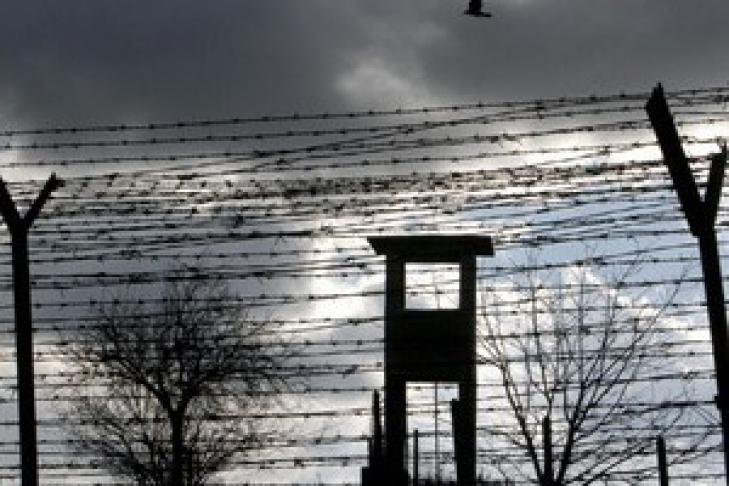 День работников СИЗО и тюрем. Колючая проволока и смотровая вышка
