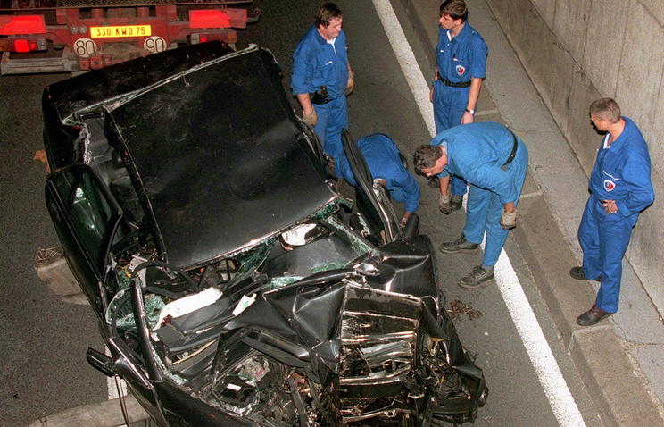 На месте аварии в туннеле под мостом Альма Париж