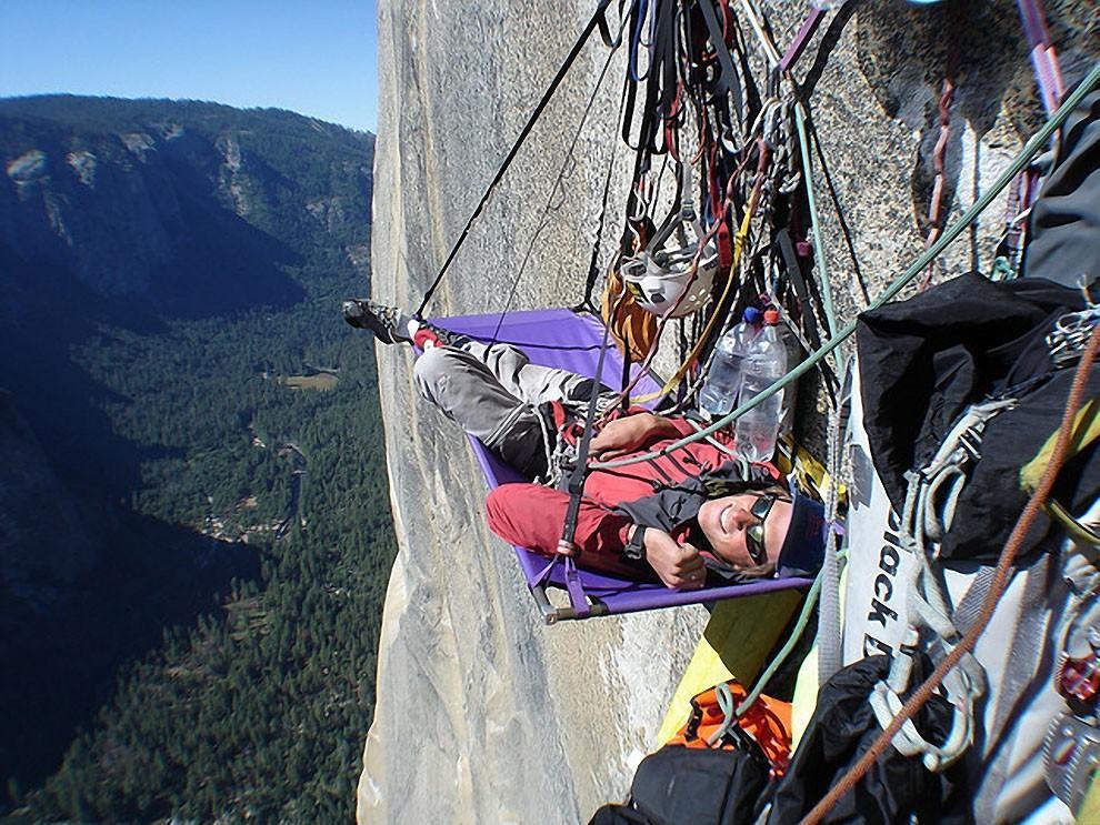 0 1806a3 44bd9427 orig - Ночевка альпинистов на отвесной скале