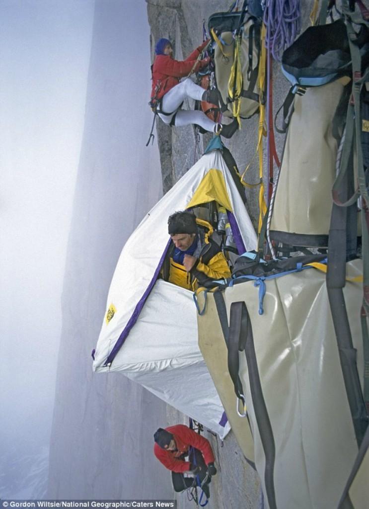 0 1806a9 18538778 orig - Ночевка альпинистов на отвесной скале