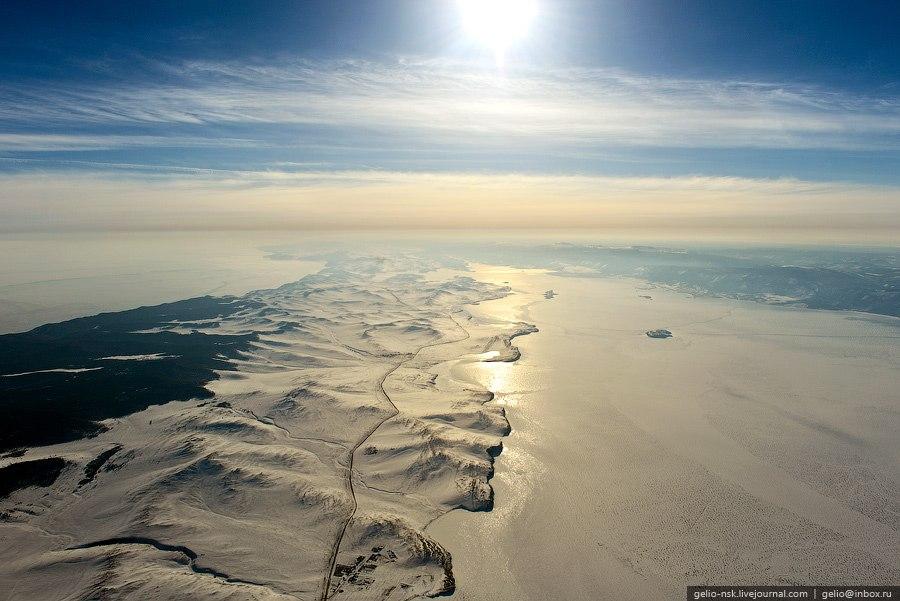 С северо-западным берегом озера образует проливы Малое море и Ольхонские ворота: