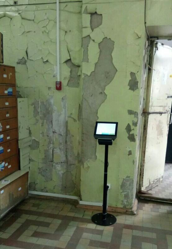 На фоне депрессивной обшарпанной стены отделения красовался новенький терминал выдачи талонов электр