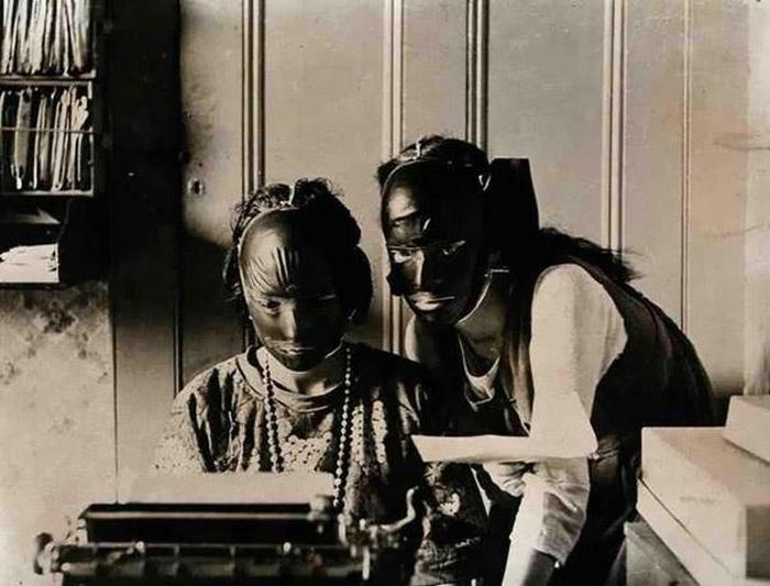 В 20-х годах появились косметические маски из резины, предназначенные для подтяжки и исправления