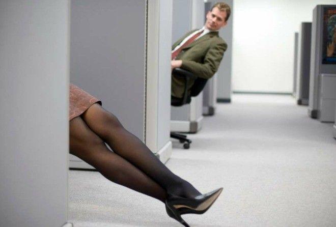 Флирт на работе: мужчины не против, женщины в сомнениях (4 фото)