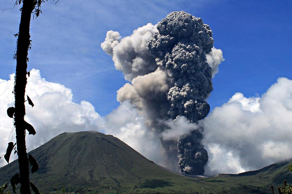 Действующий вулкан Кракатау в Индонезии, расположенный на Малайском архипелаге между островами