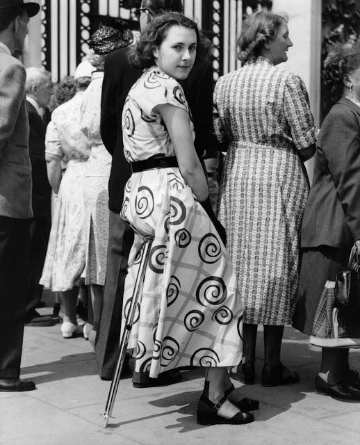 Стул с одной опорой Сиденье-монопод 1953 года было сконструировано так, чтобы его было удобно брать