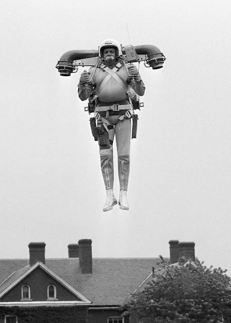 Реактивный ранец Роберт Куртер парит в воздухе во время тестирования своего изобретения — реактивног