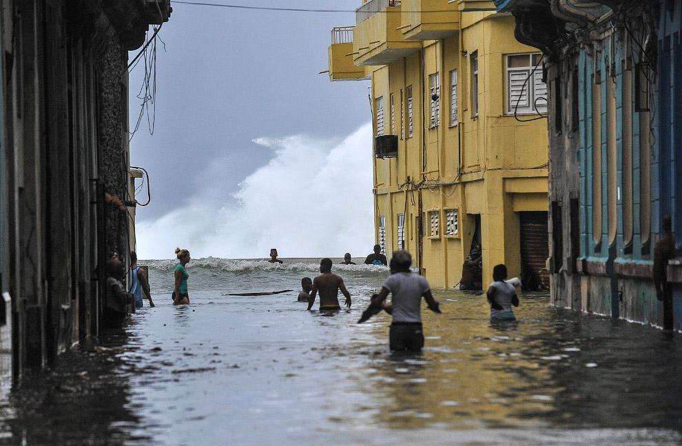 19. На Кубе волны были высотой до девяти метров. (Фото Reuters):