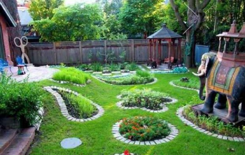 Простая идея от умелого садовода, как оформить клумбу с помощью обычных камней