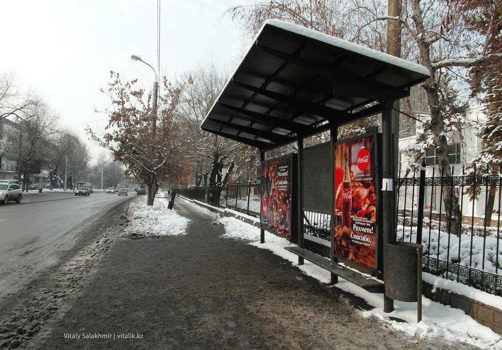 Остановка с рекламой Кока-Колы.