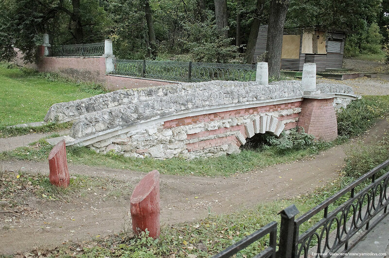 23Б. Кузьминки парк. Гротесковый мост. 04.10.17.01..jpg