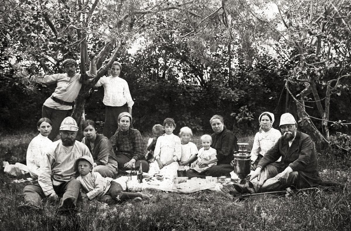 Пикник. Справа Панафидин Алексей Степанович.1910