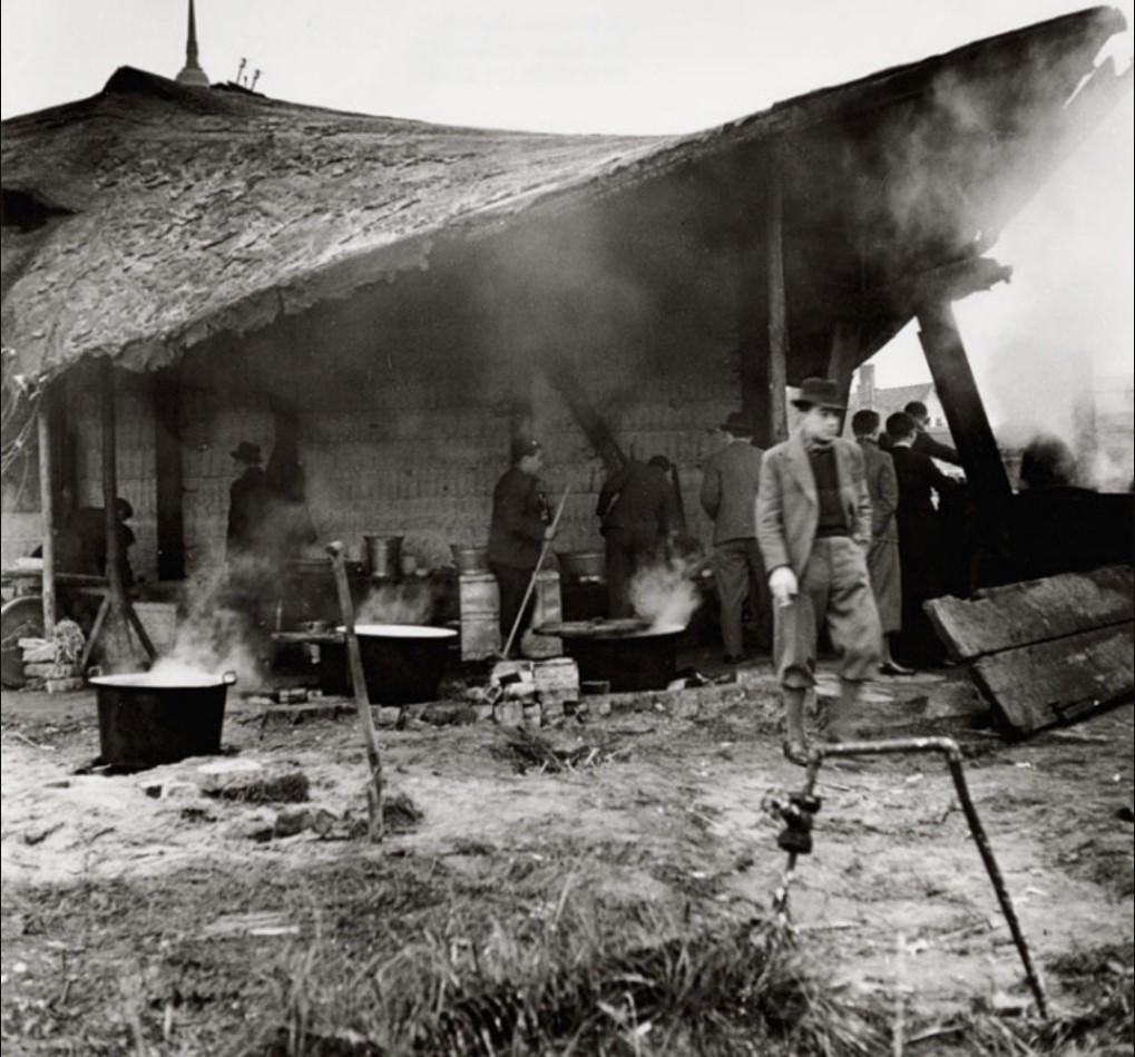 Беженцы на импровизированной уличной кухне