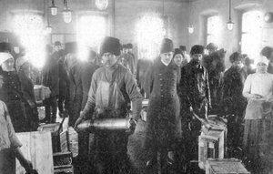 Распаковка ящиков со снарядными корпусами. 1915