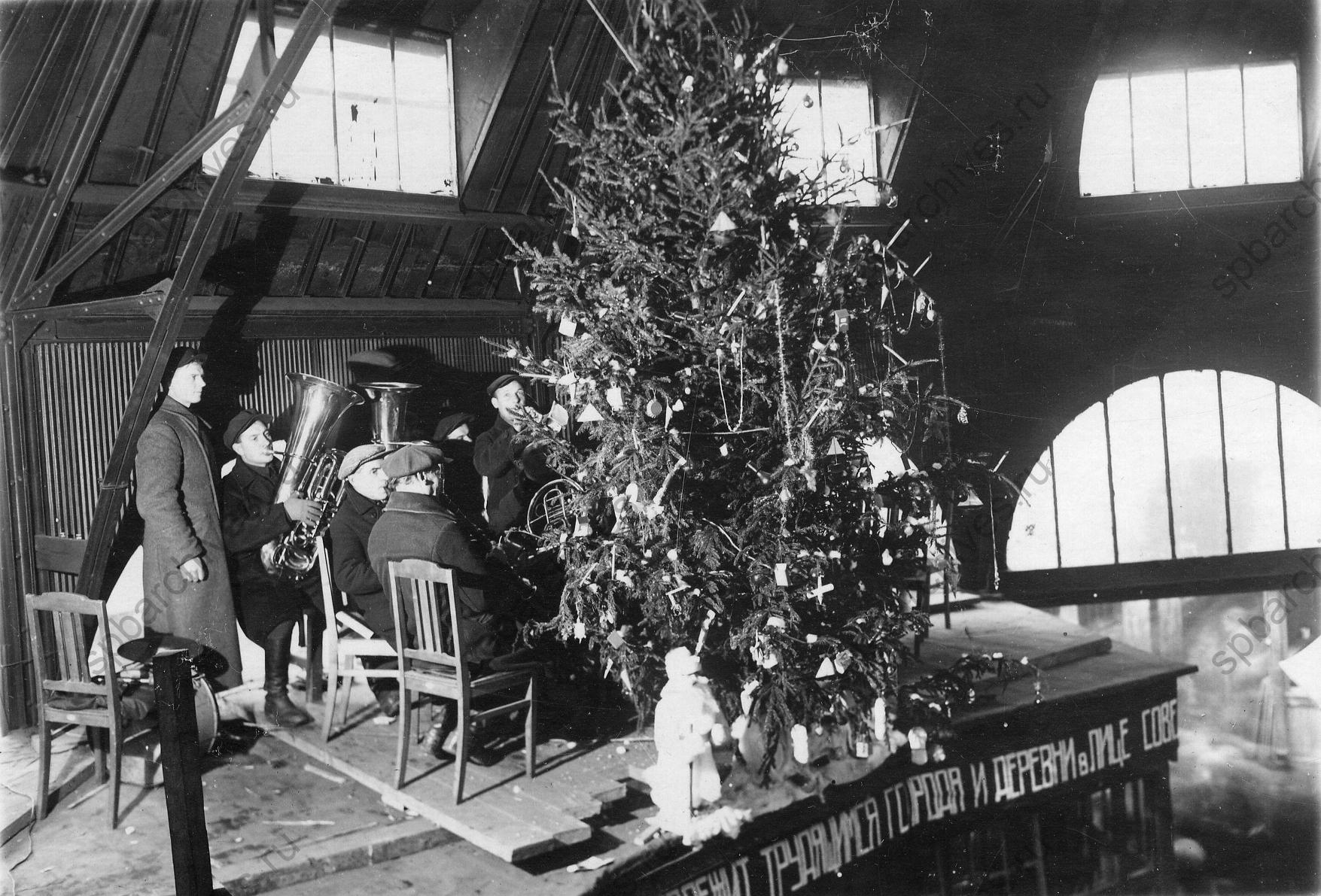 1936.Духовой оркестр у новогодней елки в помещении Кузнечного колхозного рынка