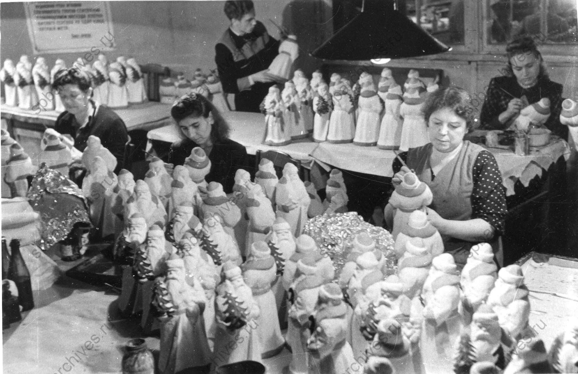 1951. Работники артели «Ленигрушка» за разрисовкой новогодних игрушек. 18 декабря