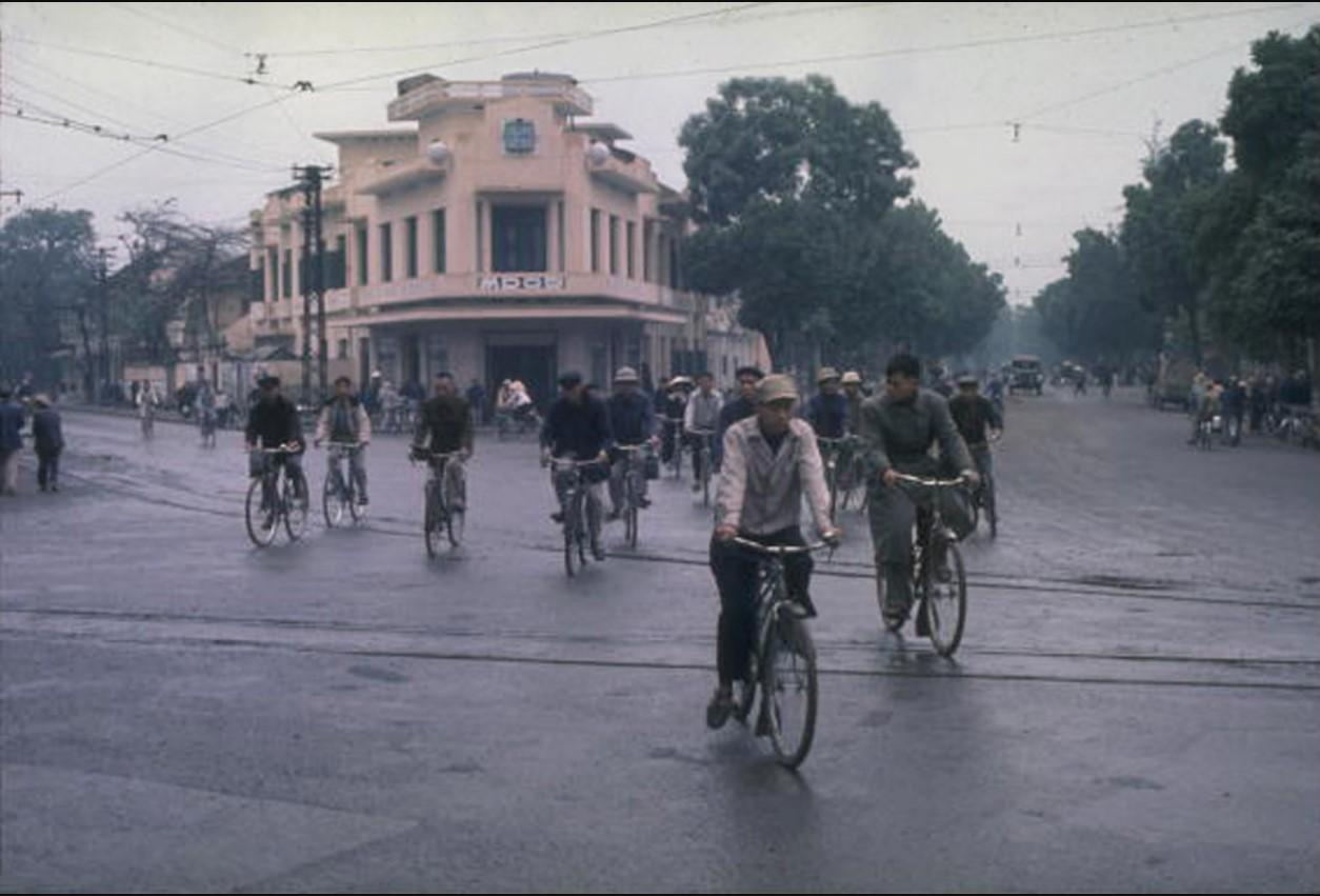 Жители Ханоя пользуются велосипедами, самым распространенным видом транспорта для передвижения по городу.