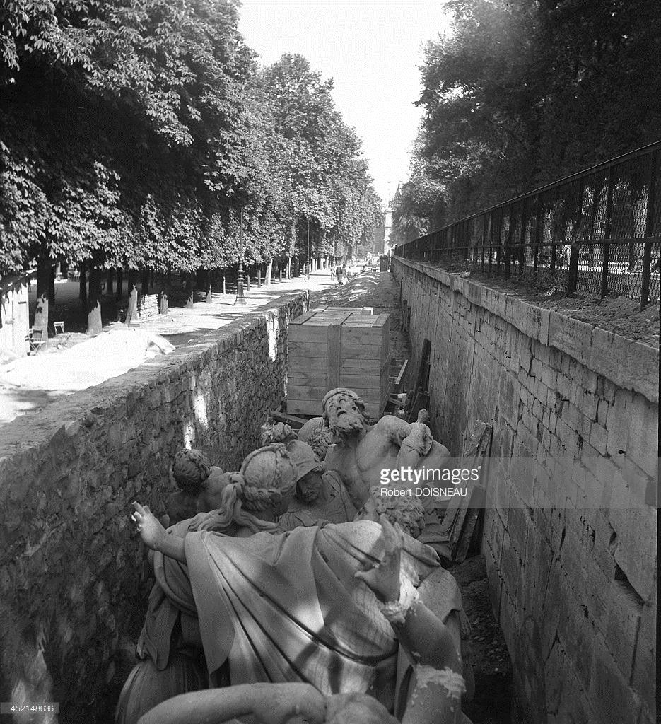 1944. В саду Тюильри. Драгоценные произведения искусства будут растоплены немцами, если к своему несчастью изготовлены из бронзы