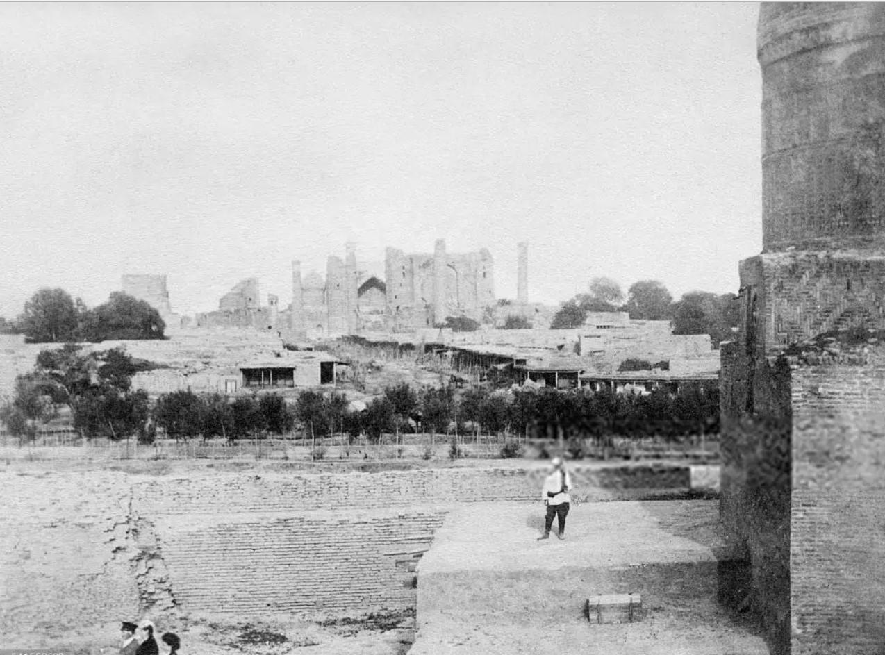Вид от мавзолея Кутби–Чаардахума на сартовский город