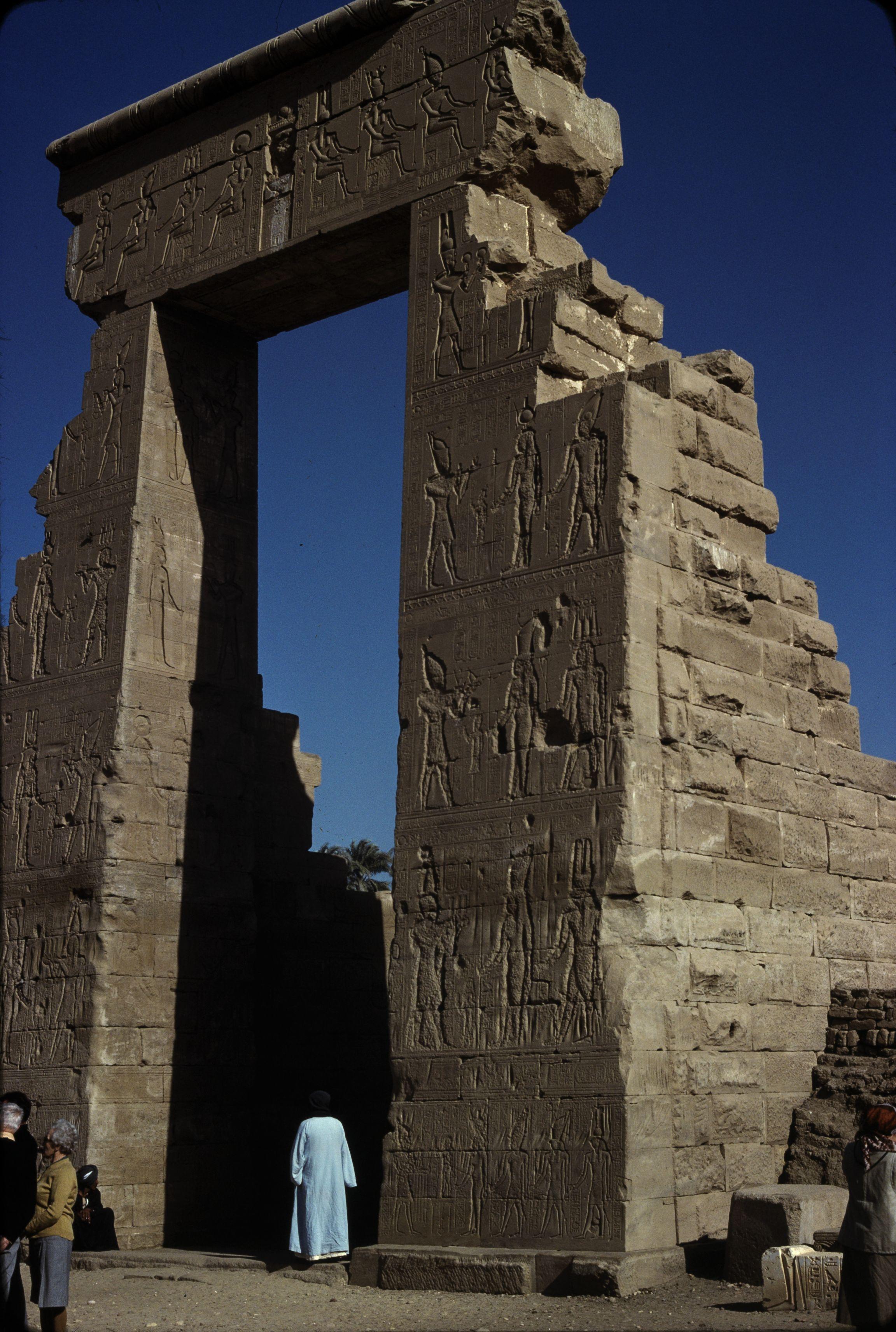 Дандара. Храм Хатхор. Передние ворота, внутренняя сторона