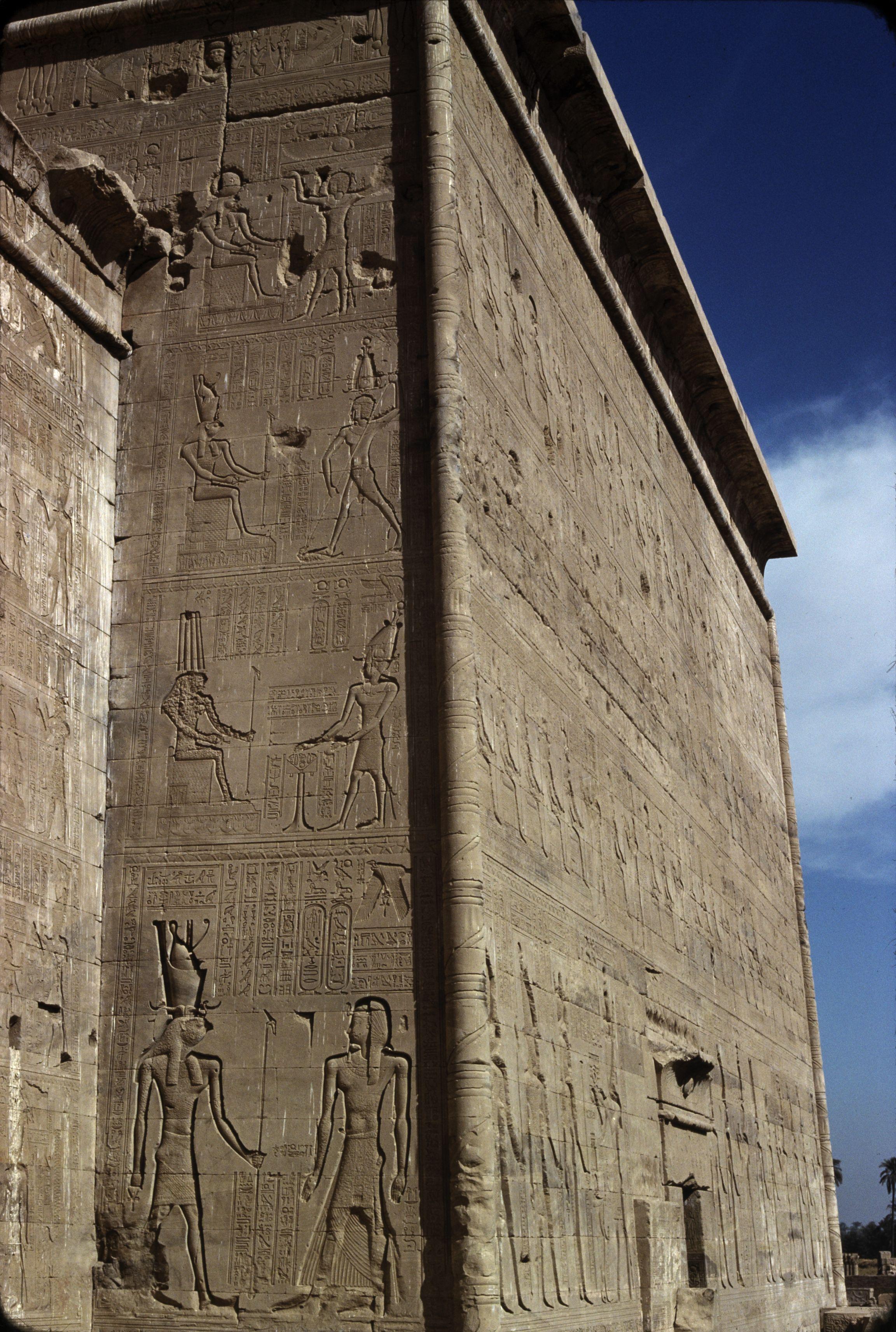 Дандара. Храм Хатхор. Наружная стена. Хор с фараоном