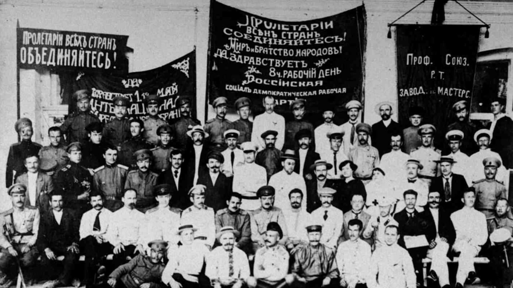 Группа представителей краевого Совета рабочих и солдатских депутатов в момент свержения Временного правительства. 25 октября 1917