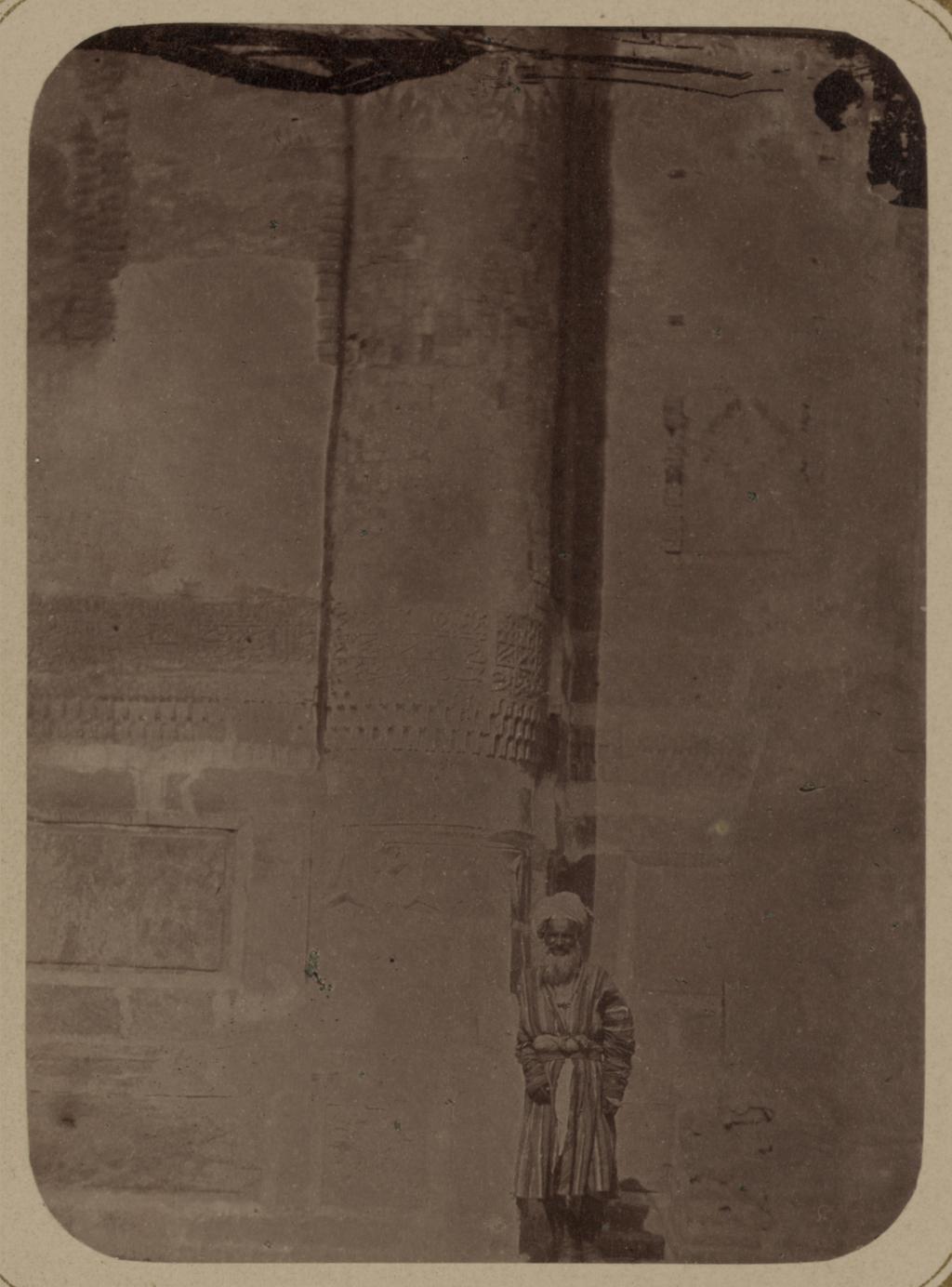 Медресе Шир-Дор. Главный фасад (западный). Основание угловой колонны на главном фасаде