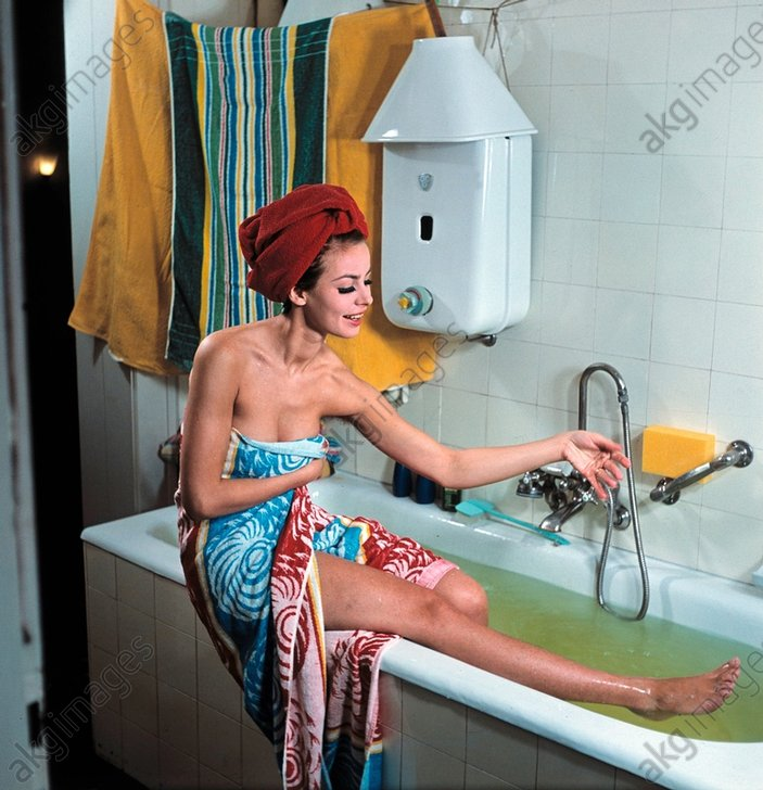 Junge Frau v.Badewanne/DDR-Werbung/Foto - Young Woman in the Bath / GDR / Photo -