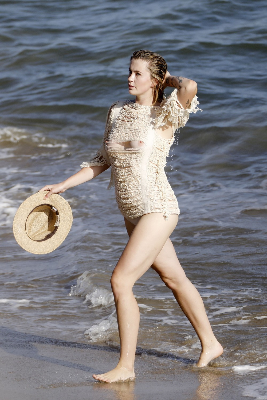 Айрленд Болдуин позирует на пляже в Малибу