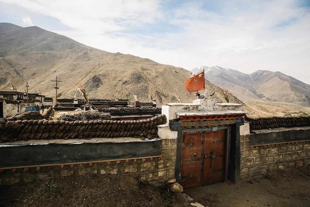 28. За пещерой присматривают четыре монаха. Ни одного из них на месте не оказалось, и хранителя ключ