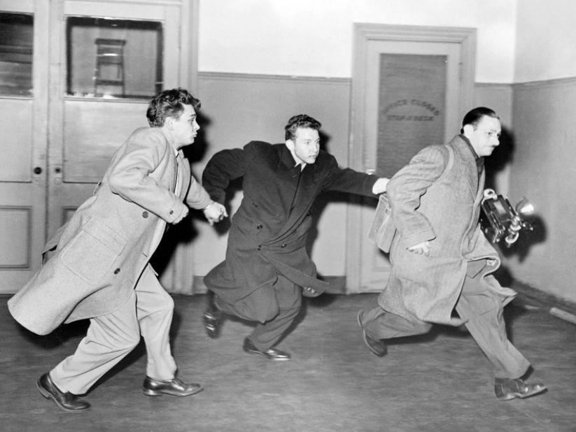 Фотографа газеты New York Daily News Фила Гритцера преследуют преступники, 19 января 1955 года.