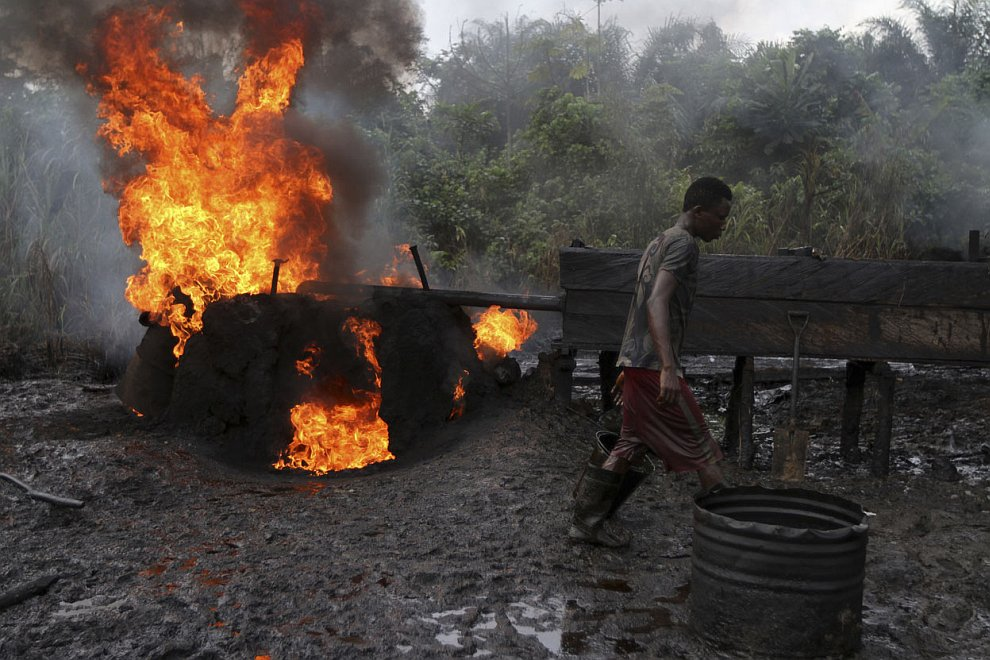 Временный бункер для ворованной нефти. Нигерия, 27 ноября 2012. (Фото Akintunde Akinleye | Re