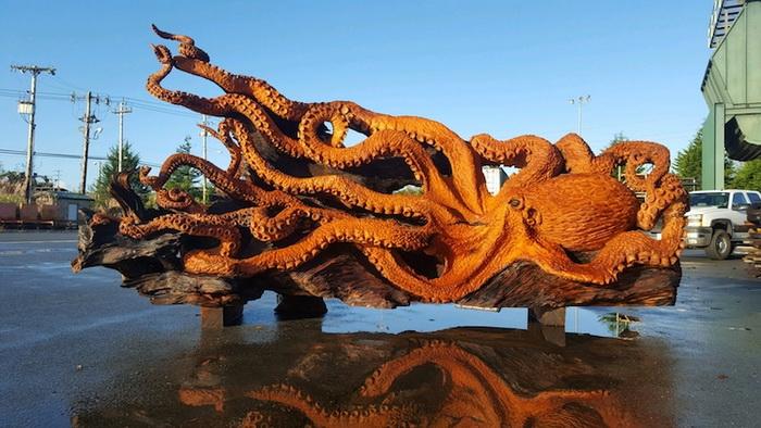 Гигантский осьминог, вырезанный из цельного куска дерева (11 фото)