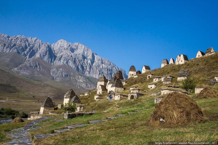 2. С горы Раминырах, с того места, где находится некрополь, открывается вид необычайной красоты. На