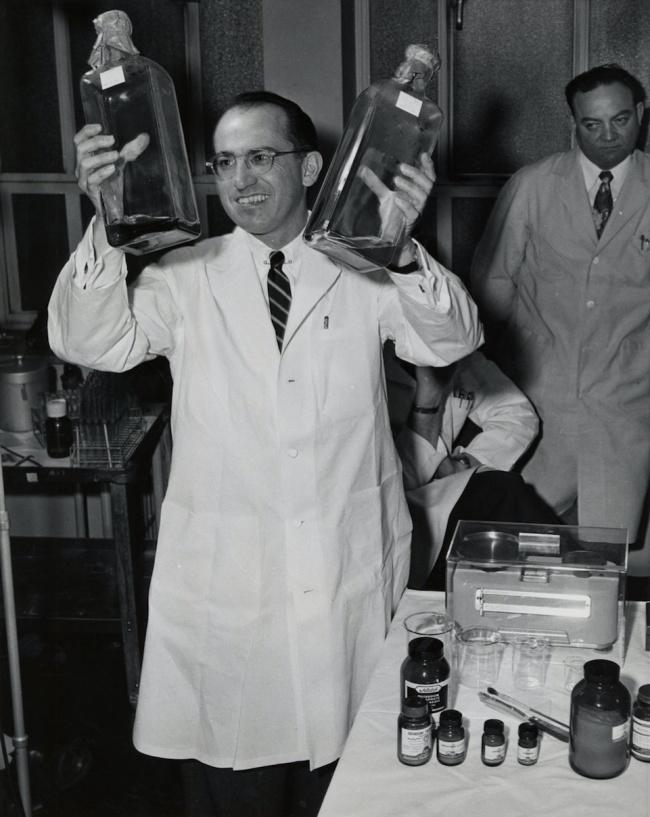 © University of Pittsburgh Digital Archives/Wikipedia Commons  © Вирусолог Джонас Солк с разра