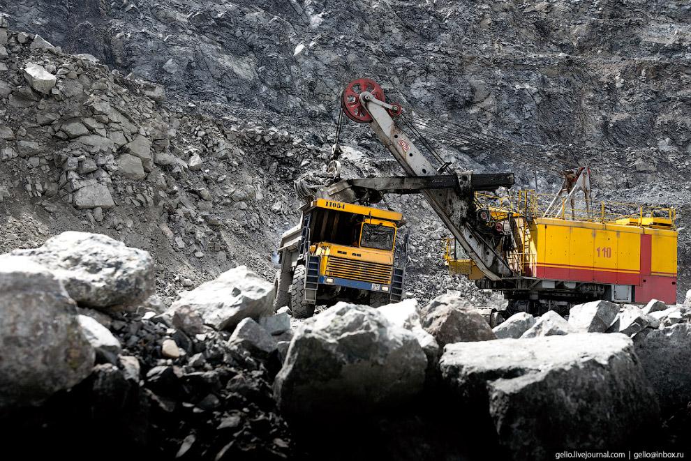 8. На руднике в несколько смен работают десятки самосвалов. За раз в кузов грузят 42 тонны породы. З